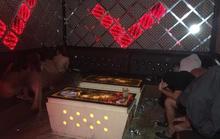 Nữ nhân viên quán karaoke thoát y nhảy múa với khách