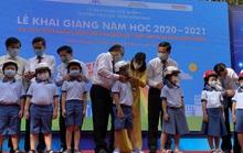 Phó Thủ tướng Thường trực Trương Hòa Bình đội mũ bảo hiểm cho học sinh trường Trần Hưng Đạo, quận 1