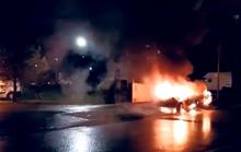 """Pháp đón năm mới """"rực lửa"""", hàng chục ô tô bị đốt cháy"""