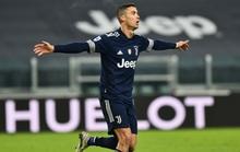 Ronaldo san bằng kỷ lục ghi nhiều bàn nhất lịch sử bóng đá