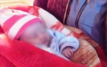 Bé gái sơ sinh bị bỏ rơi trong đêm rét buốt 10 độ C với dòng chữ mẹ có lỗi với con