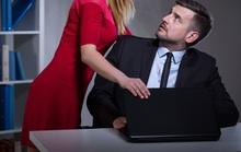 Tôi khủng hoảng khi bị sếp nữ quấy rối