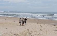 Tắm biển thời tiết xấu, 2 du khách bị sóng cuốn mất tích