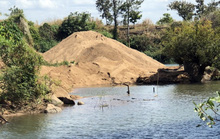 Cát tặc hỗn chiến, tranh bãi cát lậu gần UBND xã