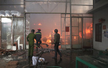 Gặp hỏa hoạn, xưởng gỗ 1.300 m2 nằm sâu trong khu dân cư gần như cháy rụi