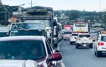 Du khách nghỉ Tết Dương lịch từ Đà Lạt đổ về, kẹt xe kinh hoàng ở đèo Bảo Lộc