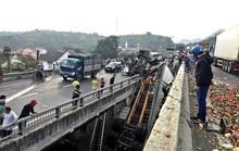 Khánh Hòa: Xe Container rơi xuống cầu vượt, đường sắt Bắc - Nam ách tắc