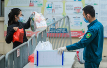CLIP: Tiếp tế lương thực thực phẩm cho phụ huynh, học sinh tại khu cách ly trường học