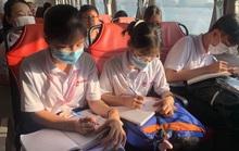 Học sinh TP HCM thi Văn hay chữ tốt trên… sông Sài Gòn