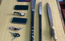 5 thanh thiếu niên nghiện game rủ nhau vác mã tấu ra đê chặn xe cướp tài sản