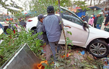 Ôtô điên lao thẳng vào chợ cóc đông người, ít nhất 5 người nhập viện