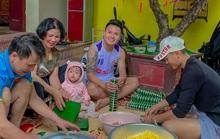 Quang Hải cười tươi gói bánh chưng cùng gia đình