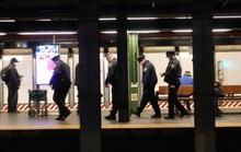 Cảnh sát New York đông nghịt ga tàu điện ngầm trước thềm Valentine