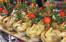 Gà ngậm hoa hồng đắt khách tại chợ nhà giàu Hà Nội ngày Rằm tháng Giêng