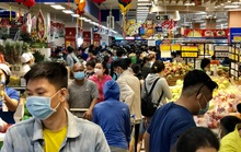 Giữa trưa, người dân TP HCM đổ dồn vào siêu thị sắm Tết