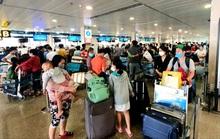 Người dân ở TP HCM thức khuya dậy sớm để hoàn, đổi vé máy bay Tết