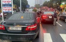 Tạm giữ 2 xe Mercedes cùng biển số trên đường Hà Nội