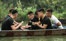 Ban quản lý chùa Hương nói gì trước tình trạng du khách đánh bài trên thuyền?