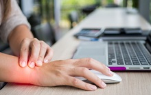 Làm việc văn phòng tại sao hay bị đau nhiều ở cổ tay?