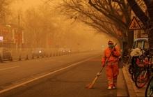 """Bão cát """"phủ bóng"""" thủ đô Trung Quốc, bầu trời chuyển màu cam"""