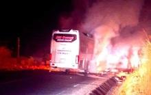 Xe khách chở 11 người bốc cháy lúc rạng sáng