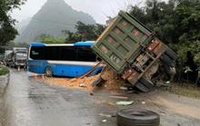 Xe khách giường nằm đấu đầu xe tải trên đường Hồ Chí Minh, 3 người tử vong