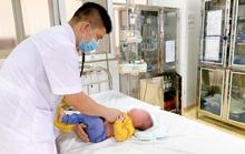 Bé trai 5 tháng tuổi bỏng niêm mạc mũi do phụ huynh rửa nhầm bằng cồn 90 độ