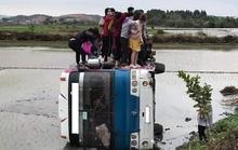 Tránh xe máy, xe ôtô chở hàng chục công nhân lao xuống ruộng, lật nghiêng