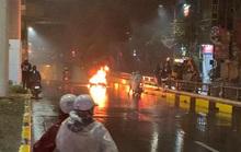 Ôtô tông xe máy bốc cháy rồi bỏ chạy, 2 người bị thương
