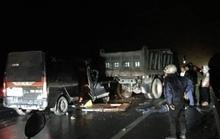 Xe Limousine tông xe tải khiến 3 người chết, 2 người bị thương