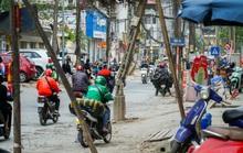 CLIP: Những cột điện xiêu vẹo, đinh sắt lổn nhổn trên đường đang cải tạo trị giá 366 tỉ đồng