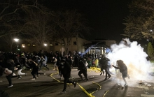 Cảnh sát Mỹ đụng độ người biểu tình sau khi bắn chết thanh niên da màu