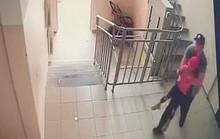 Bị kẻ ấu dâm bế xốc đi, bé gái Kazakhstan chớp thời cơ trốn thoát