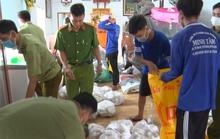 CLIP: Bắt giữ hơn 3.000 kg chả đòn chay nghi trộn thịt, cá