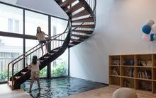 Ngôi nhà phố có cầu thang độc đáo đi trên mặt nước