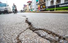 Cận cảnh đường Âu Cơ lún, nứt tiềm ẩn nguy hiểm cho người tham gia giao thông