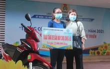 Công nhân hạnh phúc khi được Công đoàn tặng xe máy để đi làm