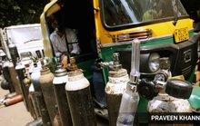 """Covid-19 Ấn Độ: """"Úm ba la"""" bình chữa cháy thành bình oxy"""