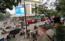 Ôtô ở Tràng Tiền Plaza bất ngờ bốc cháy, người dân mua sắm hoảng sợ tháo chạy