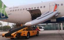 Khách mở cửa thoát hiểm máy bay ở Nội Bài làm bung phao cứu sinh