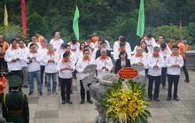 Lãnh đạo TP HCM và đoàn đua xe đạp Cúp Truyền hình TP HCM viếng khu di tích Pác Bó