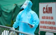 CLIP: Những y bác sĩ mặc đồ bảo hộ đẫm mồ hôi dưới nắng nóng tại tuyến đầu chống dịch