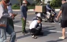 Vụ cướp taxi: Xác minh người mặc quần giống cảnh phục đứng nhìn bắt cướp