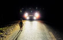 CLIP: Cha mẹ ngủ quên đóng cửa, nửa đêm bé 2 tuổi một mình lang thang ngoài đường