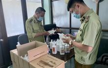 Đột kích kho hàng tại chợ thuốc Hapulico, phát hiện lô nước sát khuẩn giả mạo