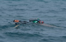Câu nói nhói lòng của cậu bé di cư bơi qua biển bằng chai nhựa rỗng