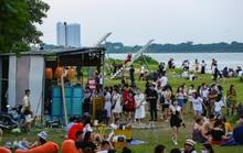 CLIP: Hàng trăm người tụ tập vui chơi ở bãi đá sông Hồng giữa dịch Covid-19