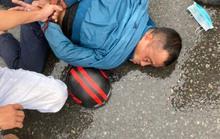 Kẻ giật điện thoại bị người đi đường đạp ngã trước Khu công nghiệp Sóng Thần