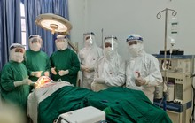 Vào khu cách ly cứu công nhân về từ Campuchia bị tai nạn gãy hàm