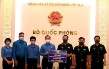 Tổng Liên đoàn Lao động Việt Nam trao 3 tỉ đồng hỗ trợ tuyến đầu chống dịch Covid-19